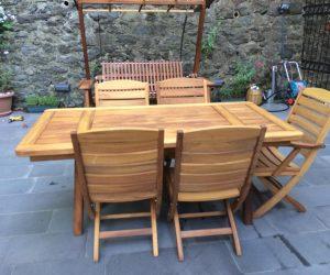 sabit ahşap bahçe masası ve sandalyeler